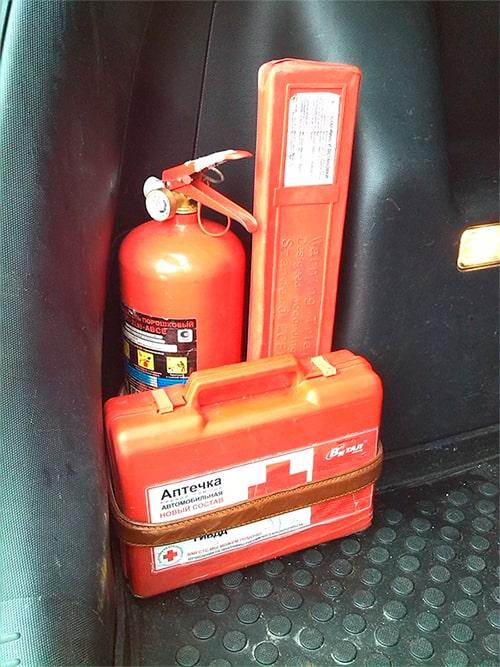 Огнетушитель и аптечка, знак аварийной остановки для прохождения техосмотра