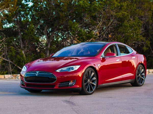 Тесла S автопилотом красного цвета