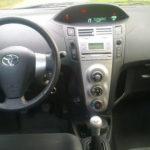 Toyota Yaris фото панели приборов